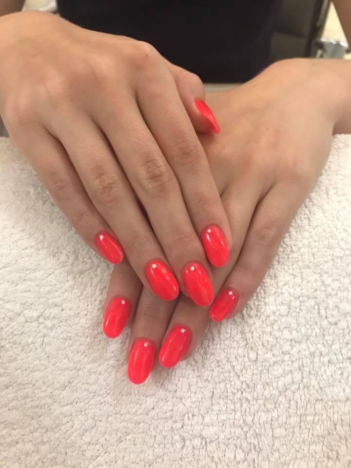 Paznokcie w kolorze malinowej czerwieni