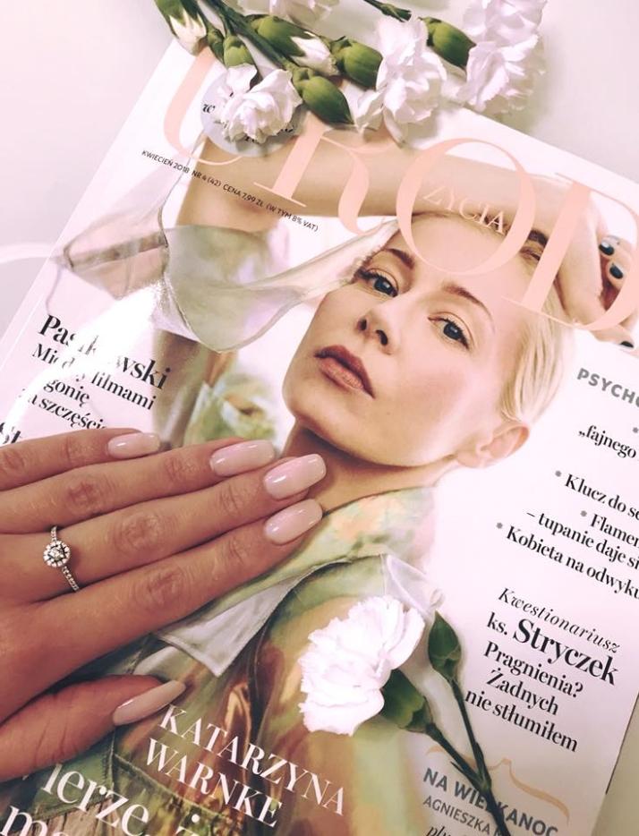 paznokcie w kolorze nude na ślub