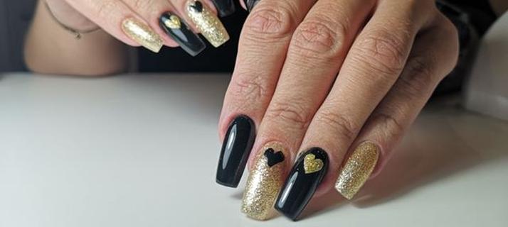 czarne i złote paznokcie w serduszka