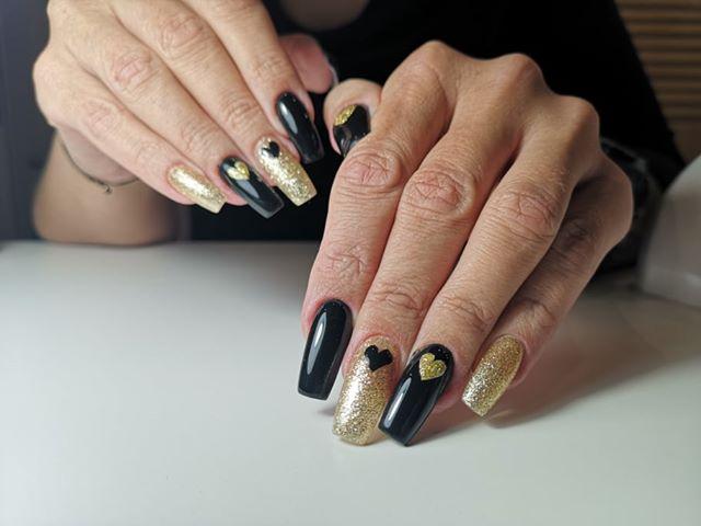 czarne paznokcie żelowe złote serduszka