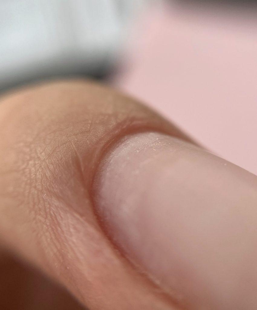 oczyszczone skórki paznokcia przed manicure kombinowany