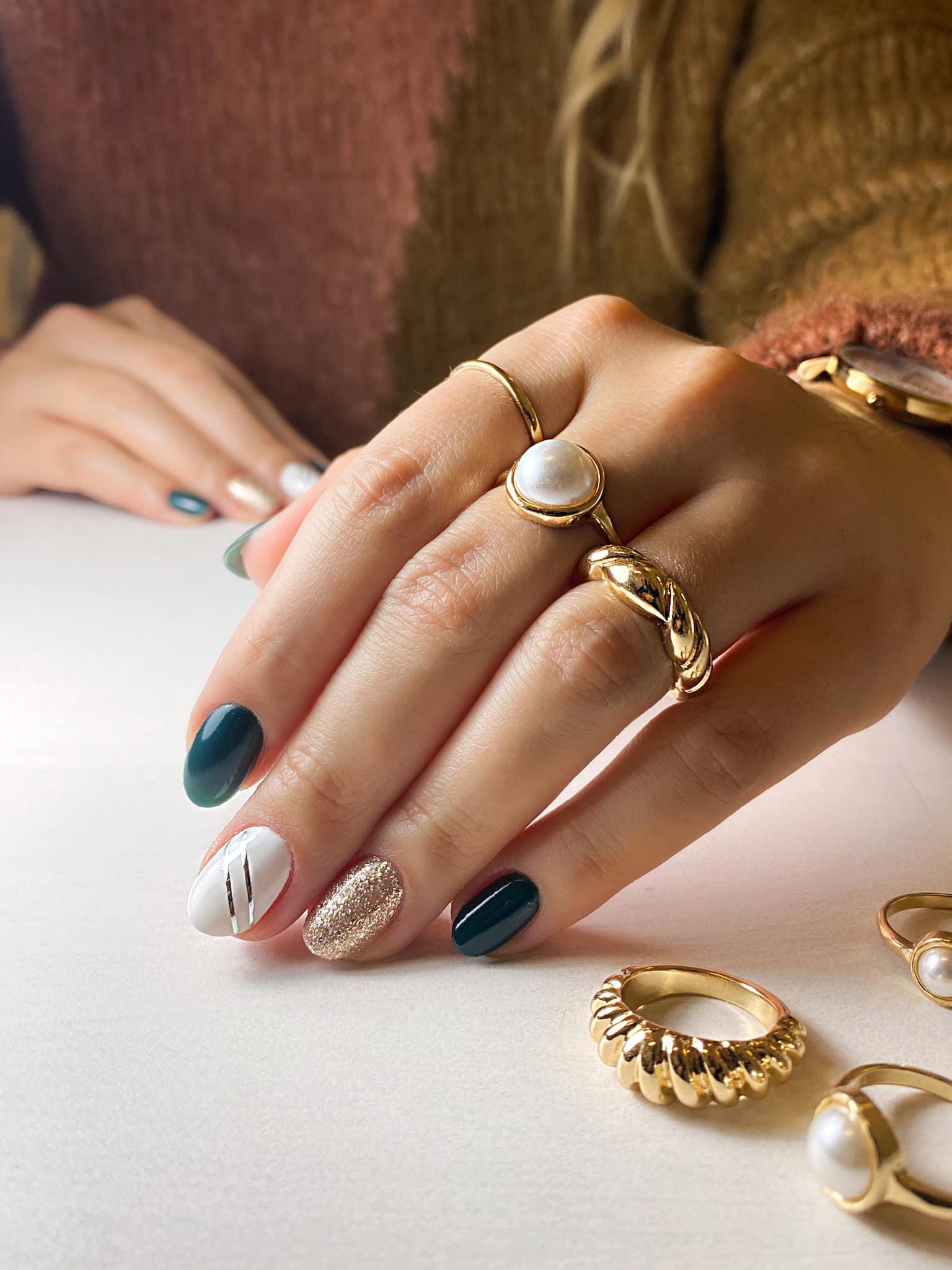 złote zdobienia paznokci hybrydowych